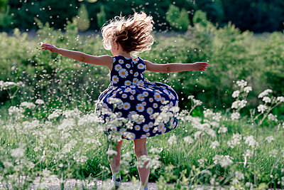 Little girl playing with seeds of blowball in nature - p300m2114826 von Oxana Guryanova