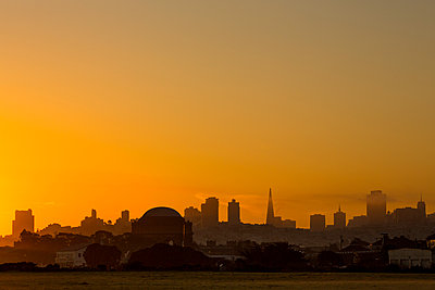 Silhouette of San Francisco city skyline at sunrise, California, United States - p555m1411804 by Jeffrey Davis