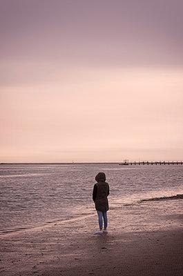 Frau am Meer - p1443m2002063 von SIMON SPITZNAGEL