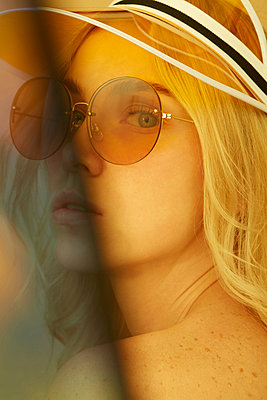 Portrait of young blond woman wearing sunglasses in summer - p300m2140968 by Pablo Gabriel Croatto