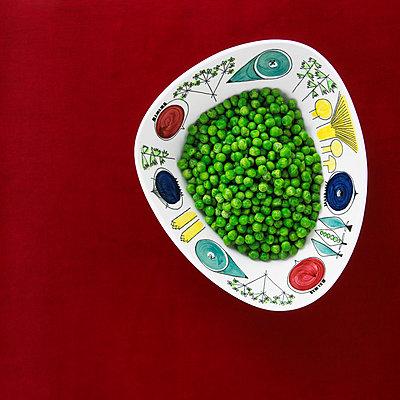 Green peas in bowl, studio shot - p312m970860f by Per Eriksson