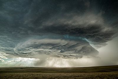 Supercell storm approaching the town of Burlington, Colorado, USA - p429m1494485 by Jessica Moore