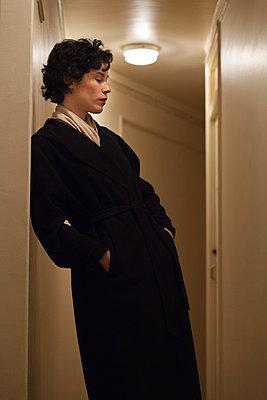 Frau im Flur - p873m2100484 von Philip Provily
