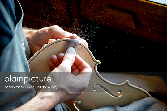 Geigenbauer schleift die Decke einer neuen Geige - p1212m1203327 von harry + lidy
