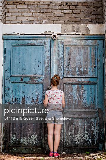 Mädchen bei einer Ruine - p1412m1572699 von Svetlana Shemeleva