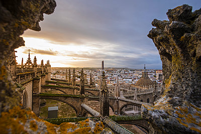 High angle view of Seville Cathedral against cityscape during sunset - p1166m2065948 by Cavan Social