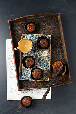Small cupcakes with chocolate cream and cocoa powder - p300m1581633 by Mandy Reschke
