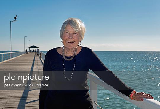 Ältere Frau auf einem Steg - p1125m1582629 von jonlove