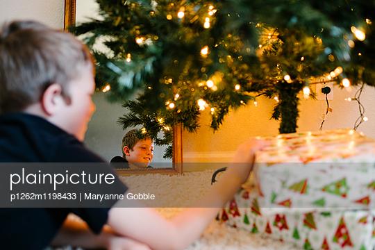 Junge mit Weihnachtsgeschenken - p1262m1198433 von Maryanne Gobble