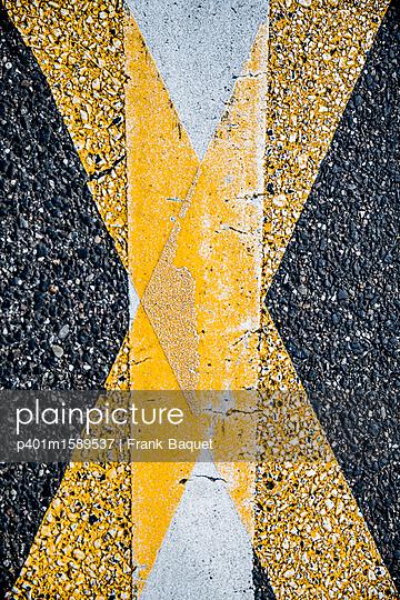 Fahrbahnmarkierung - p401m1589537 von Frank Baquet