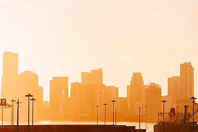 Morgengrauen im Hafen von Miami - p1085m854198 von David Carreno Hansen