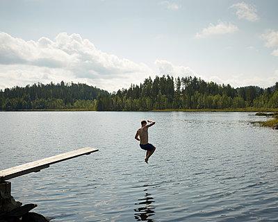Sprung in den See - p1124m933487 von Willing-Holtz