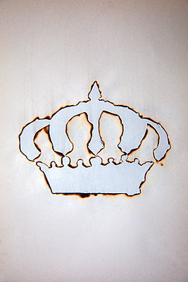 Burnt paper, silhouette of crown - p1248m2278934 by miguel sobreira