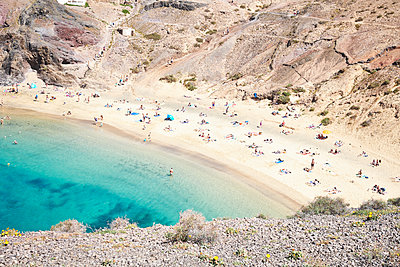 Tourists on sandy beach - p851m1362492 by Lohfink