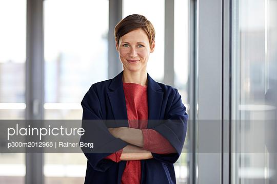 Portrait of smiling woman in office - p300m2012968 von Rainer Berg