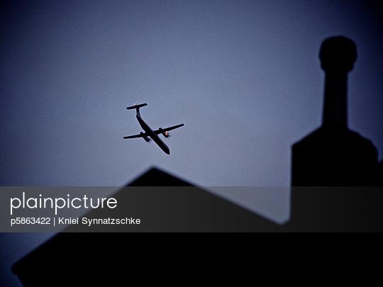 Flugzeug am Himmel - p5863422 von Kniel Synnatzschke