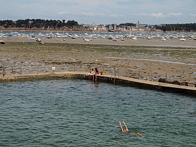 Schwimmbad nahe dem Hafen von Dinard - p132m1467988 von Peer Hanslik