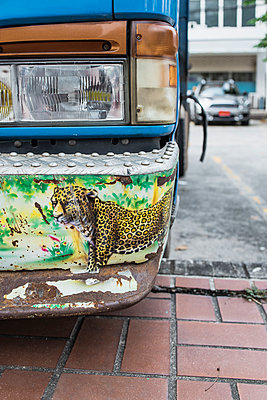 Thailand, Airbrush art, Cheetah on the bumper of a bus - p728m2219744 by Peter Nitsch