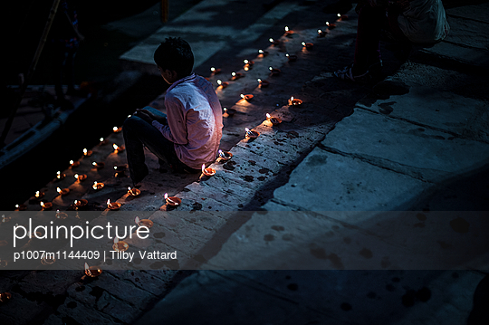 Boy surrounded by candles - p1007m1144409 by Tilby Vattard