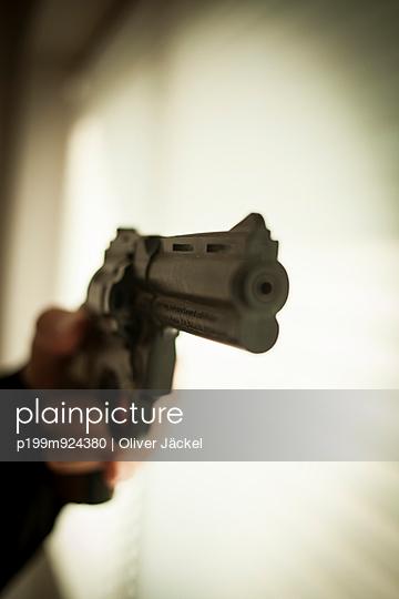 Pistole im Anschlag - p199m924380 von Oliver Jäckel