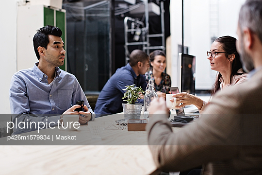 plainpicture - plainpicture p426m1579934 - Business people having coff... - plainpicture/Maskot