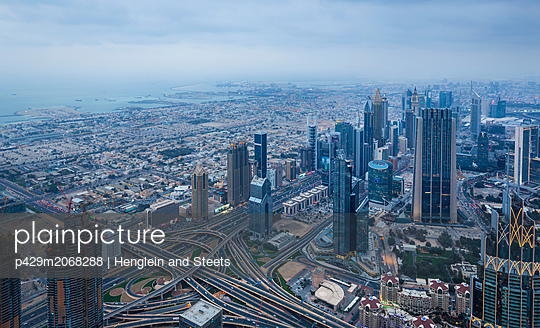 Skyscrapers along Sheikh Zayed Road, Dubai, UAE - p429m2068288 by Henglein and Steets