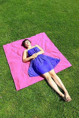 Frau im Park - p0452299 von Jasmin Sander