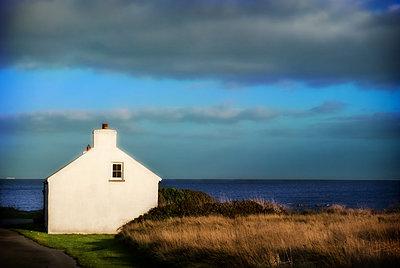 Weißes Haus in Nordirland   - p1693m2292897 von Fran Forman