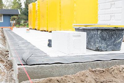 Germany, Brandenburg, Gas concrete block at construction site - p300m2207204 by Florian Küttler