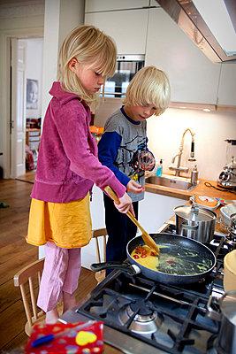 Kinder bereiten Essen zu - p896m834846 von Arenda Oomen