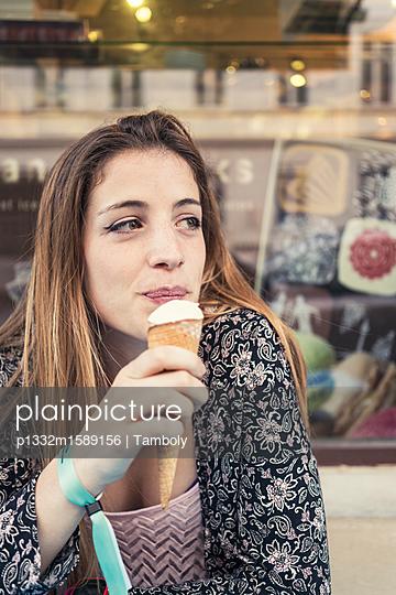 Junge Frau isst Eiscreme - p1332m1589156 von Tamboly
