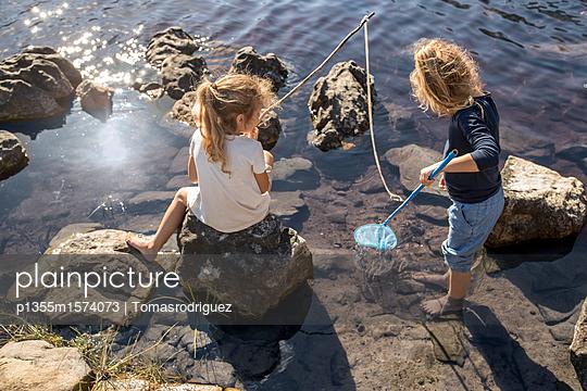 Kinder am Seeufer - p1355m1574073 von Tomasrodriguez