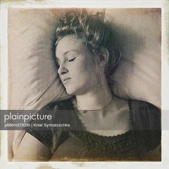 Porträt einer schlafenden Frau mit blonden Haaren - p586m973036 von Kniel Synnatzschke