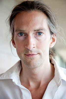 Mann mit blauen Augen, Portrait - p1027m2288060 von Carola Björk