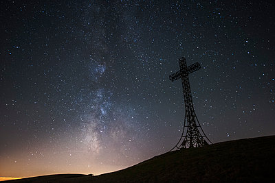 Italy, Marche, silhouette of summit cross on Monte Catria at night - p300m2062265 by Lorenzo Mattei