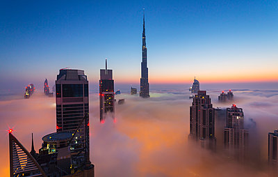 Downtown Dubai, Burj Khalifa at dawn, United Arab Emirates - p429m935364 by Henglein and Steets