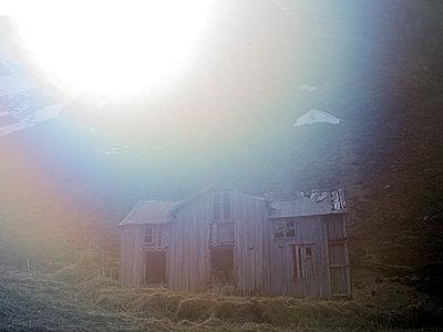 Verfallenes Haus - p945m1497423 von aurelia frey