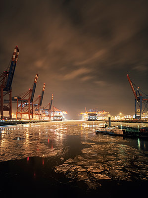 Cargo ships in Hamburg's harbour during wintertime - p1515m2182089 by Daniel K.B. Schmidt