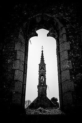 Blick durchs Kirchenfenster - p248m1362142 von BY