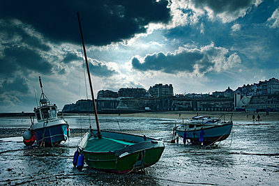 Boats stranded on urban beach, Broad Stairs, Isle of Thanet, United Kingdom - p555m1459355 by Chris Clor