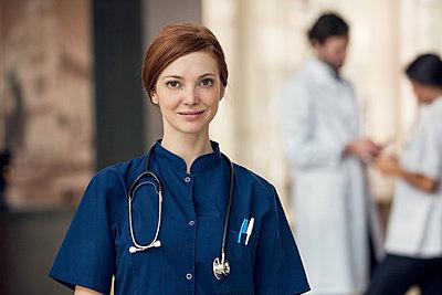 Healthcare professional, portrait - p623m1447761 by Eric Audras