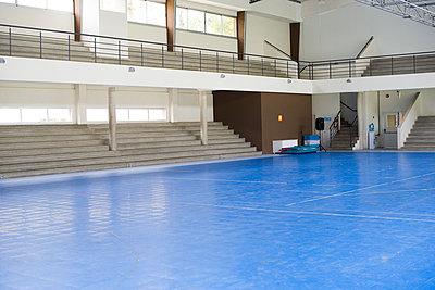 Empty school gymnasium - p623m1579610 by Frederic Cirou