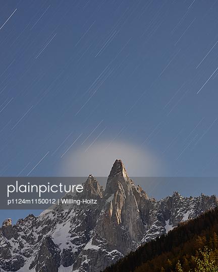 Bergspitze mit Sternenhimmel - p1124m1150012 von Willing-Holtz