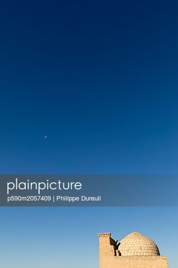 Muslim mausoleum rooftop and a beutiful blue sky  - p590m2057409 by Philippe Dureuil