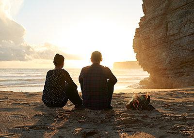 Paar macht Lagerfeuer am Strand - p1124m1112607 von Willing-Holtz