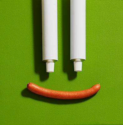 Motivbeschreibung: Kunst, Leinwand, Lebensmittel, Senf, Senftube, Tube, Weiß, Würstchen, Wurst, Bockwurst, Symbol - p300m2143938 von Kai Schwabe