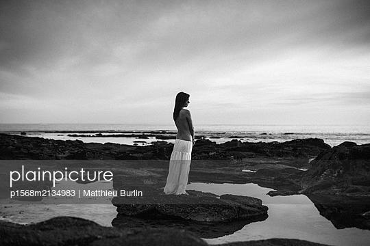 Einsame Frau am Meer - p1568m2134983 von Matthieu Burlin