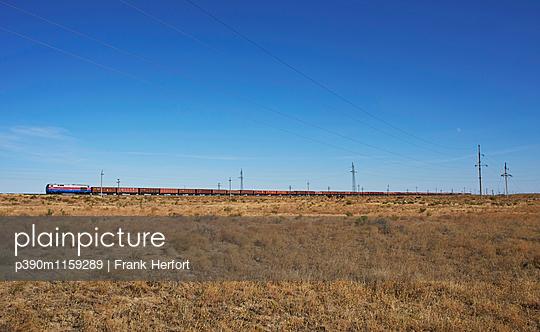 Güterzug in der Steppe Kasachstans - p390m1159289 von Frank Herfort