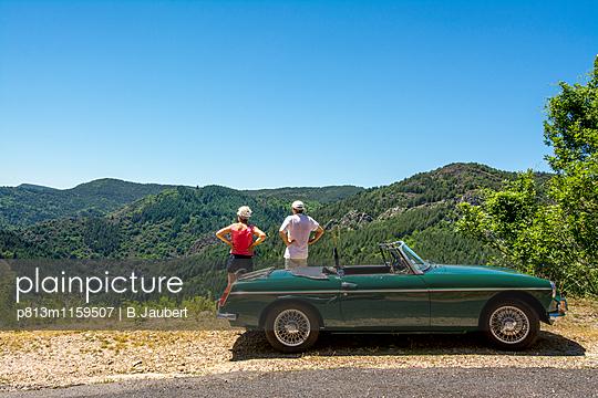 Touristen mit Cabriolet machen eine Pause - p813m1159507 von B.Jaubert