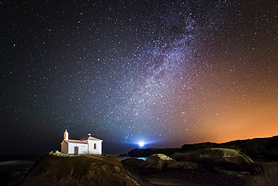 Spain, Galicia, Valdovino, Little chapel Virxe do Porto in the galician coast in a night shot with stars and milky way - p300m1047353 by Ramon Espelt
